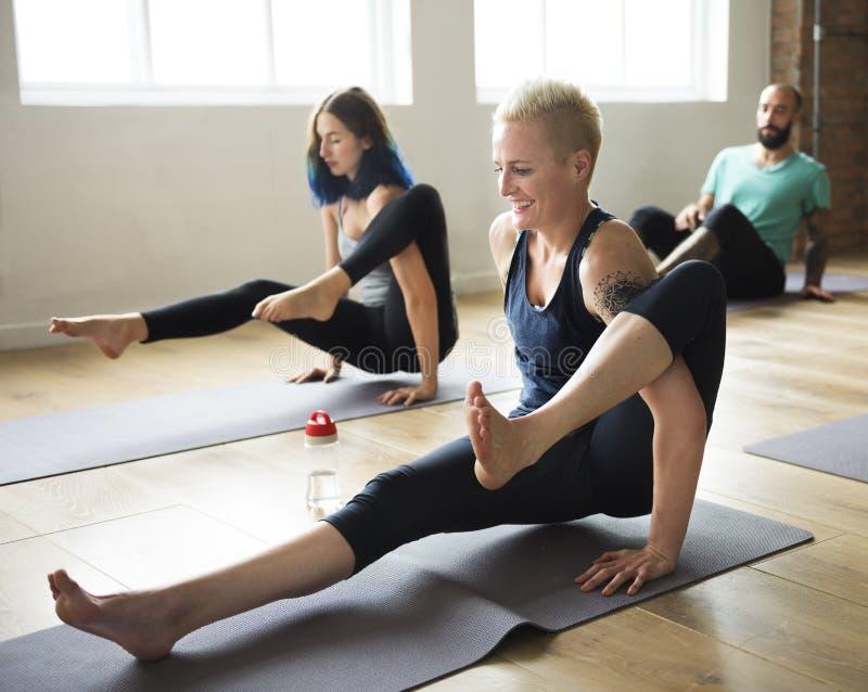 Conceito da classe do exercício de prática da ioga imagens de stock royalty free