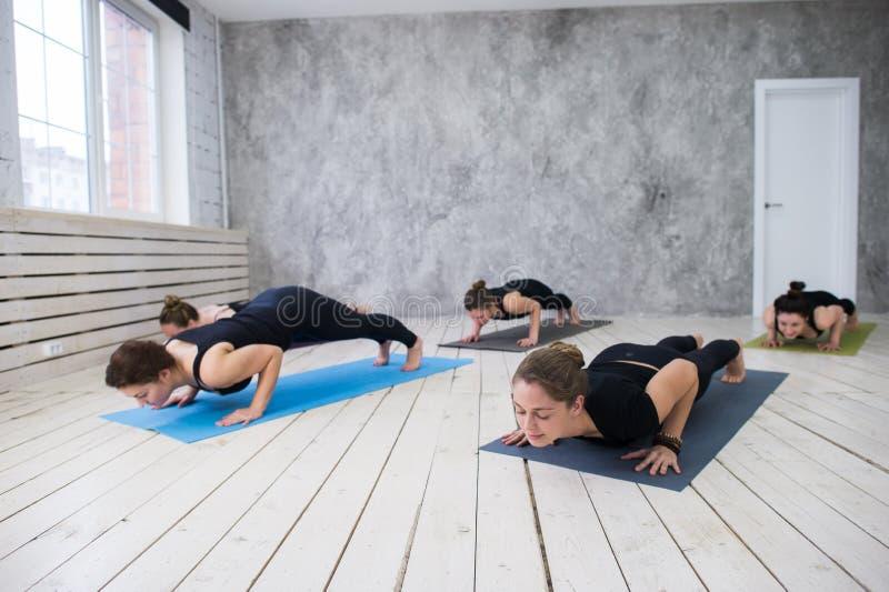 Conceito da classe do exercício de prática da ioga fotografia de stock royalty free