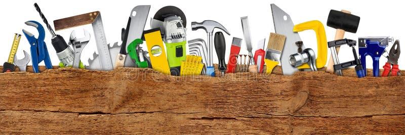 Conceito da colagem das ferramenta de DIY atrás da prancha larga de madeira do panorama com fundo branco isolado espaço da cóp imagens de stock