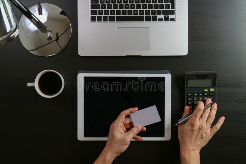 Conceito da compra do Internet Ideia superior das mãos que trabalham com calcula fotografia de stock
