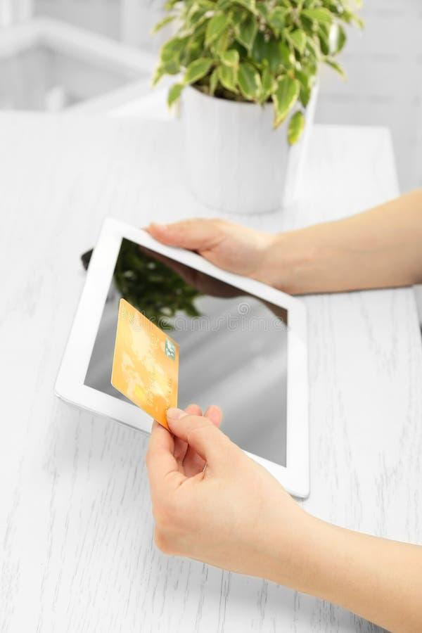 Conceito da compra do Internet Mulher que paga a ordem em linha com cartão foto de stock royalty free