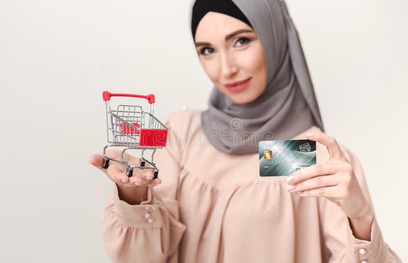 Conceito da compra da mulher do Islã imagens de stock royalty free
