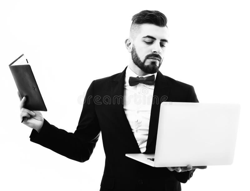 Conceito da conferência e do planeamento em linha de negócio, homem de negócios ou agente de seguros com barba e curva vermelha fotos de stock royalty free