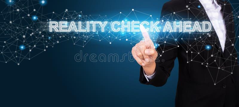 Conceito da confrontação com a realidade adiante com a mão do negócio que pressiona mas imagens de stock royalty free