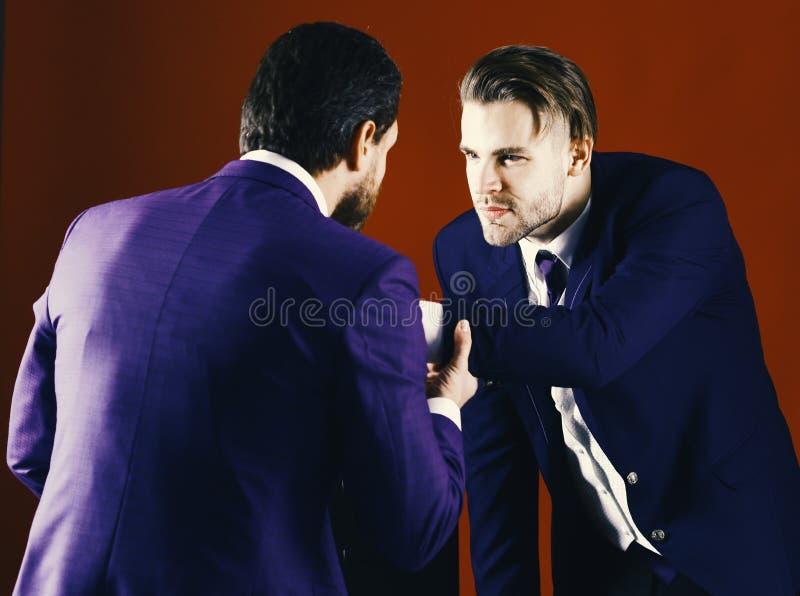 Conceito da confrontação do negócio Homem no revestimento ou homem de negócios fotos de stock