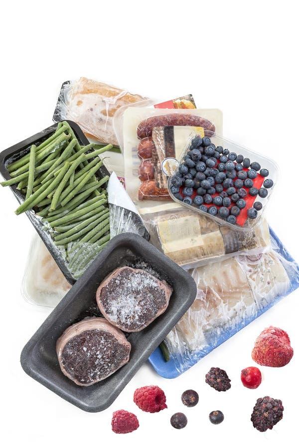 Conceito da congelação, grupo da carne congelada do alimento, vegetais, peixes, frutos, em um fundo branco imagem de stock