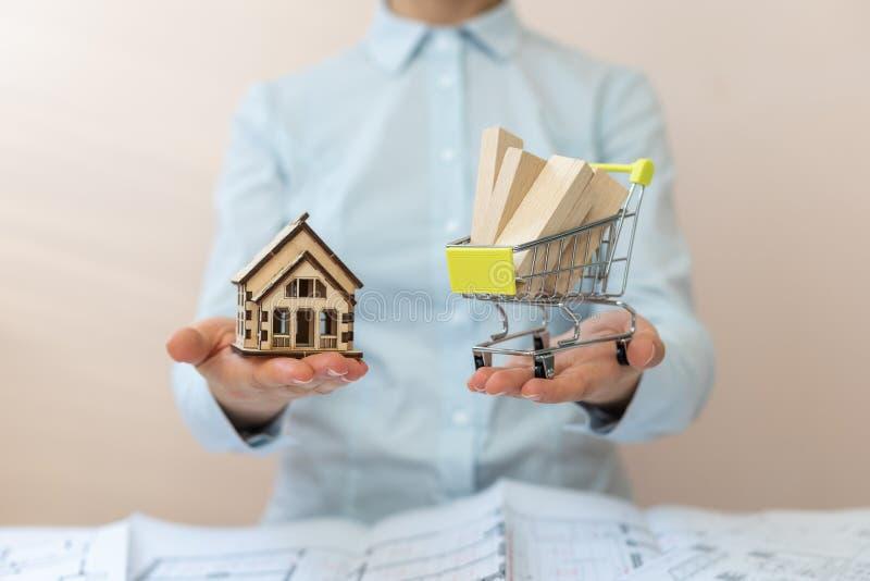 Conceito da consumição do consumidor Entrega da expedição em sua casa! Quanto material de construção você precisa de construir um foto de stock