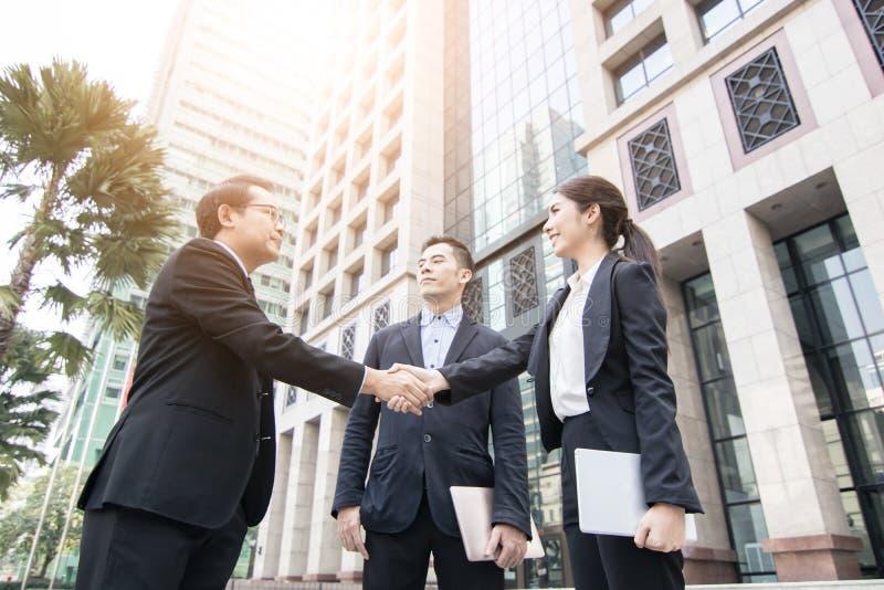 conceito da cooperação e do sucesso, equipe dos executivos da agitação fotografia de stock