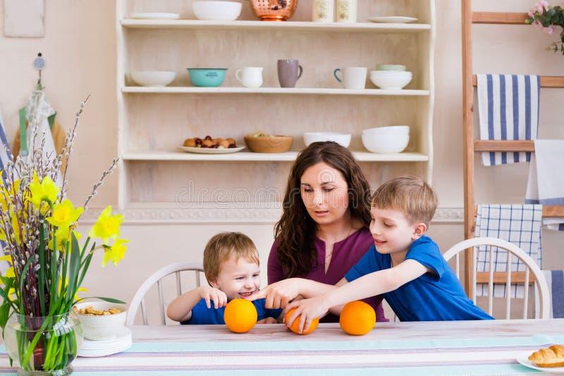 Conceito da cozinha da mãe e da comunicação do cuidado das crianças foto de stock royalty free