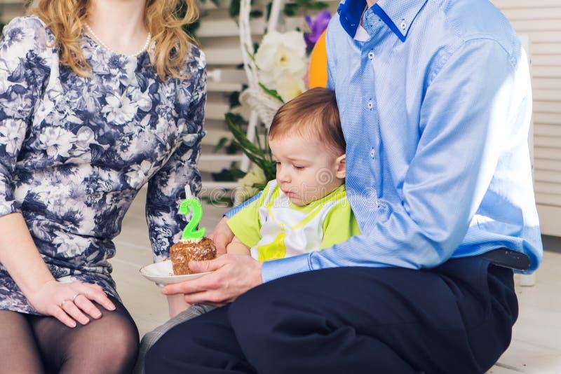 Conceito da criança, da festa de anos e da infância - rapaz pequeno com um bolo de aniversário fotografia de stock