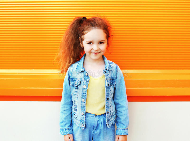 Conceito da criança da forma - retrato do desgaste à moda da criança da menina fotos de stock