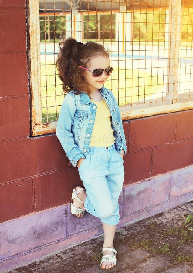 Conceito da criança da forma - retrato do desgaste à moda da criança da menina fotos de stock royalty free