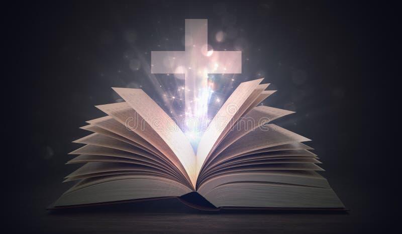 Conceito da cristandade A Bíblia Sagrada e cruz de brilho abertas acima ilustração stock