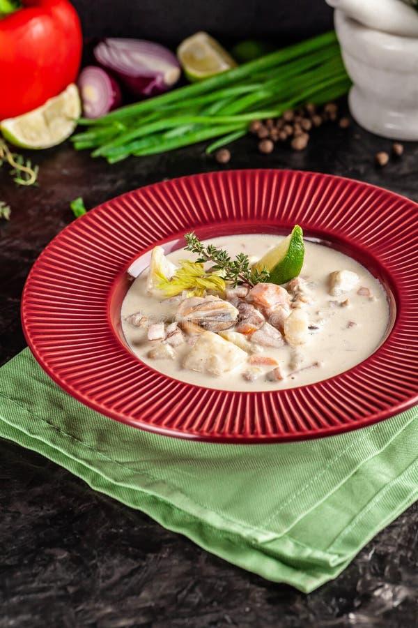 Conceito da culinária americana Sopa de batata da clam chowder com alimento de mar, mexilhões, salmões Sopa do caldo dos peixes c imagem de stock royalty free