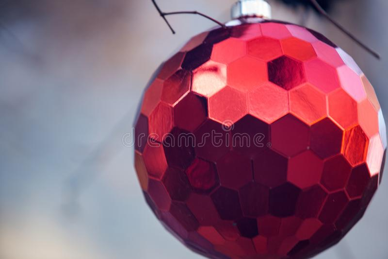 Conceito da decoração do feriado de inverno: Árvore despida sem folhas decoradas com as bolas do vintage do Natal fotos de stock