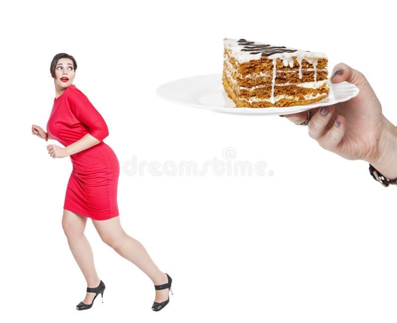 Conceito da dieta e da nutrição Bolo receoso da mulher positiva do tamanho fotografia de stock