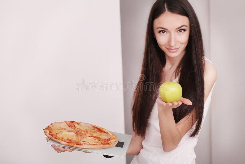 Conceito da dieta e do fast food Mulher excesso de peso que está em Weighin fotografia de stock