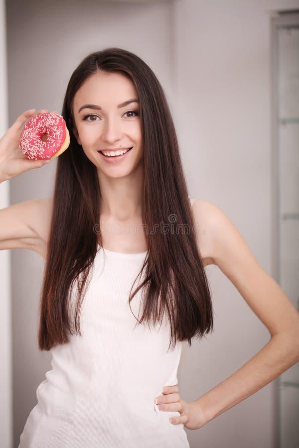 Conceito da dieta e do fast food Mulher excesso de peso que está em Weighin foto de stock