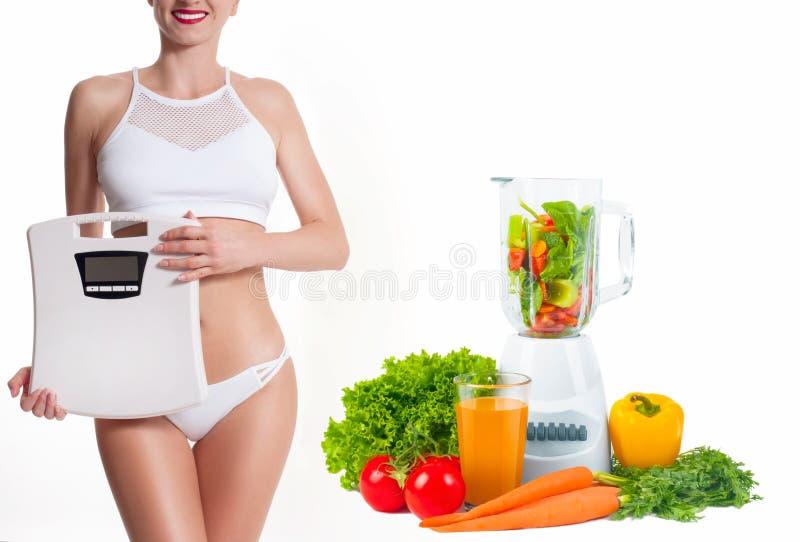 Conceito da dieta, legumes frescos Mulher com escala do peso foto de stock royalty free
