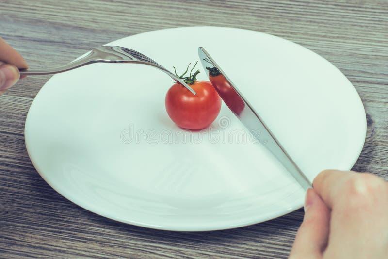 Conceito da dieta restrita O ` s da mulher entrega a tentativa cortar pouco ch imagens de stock