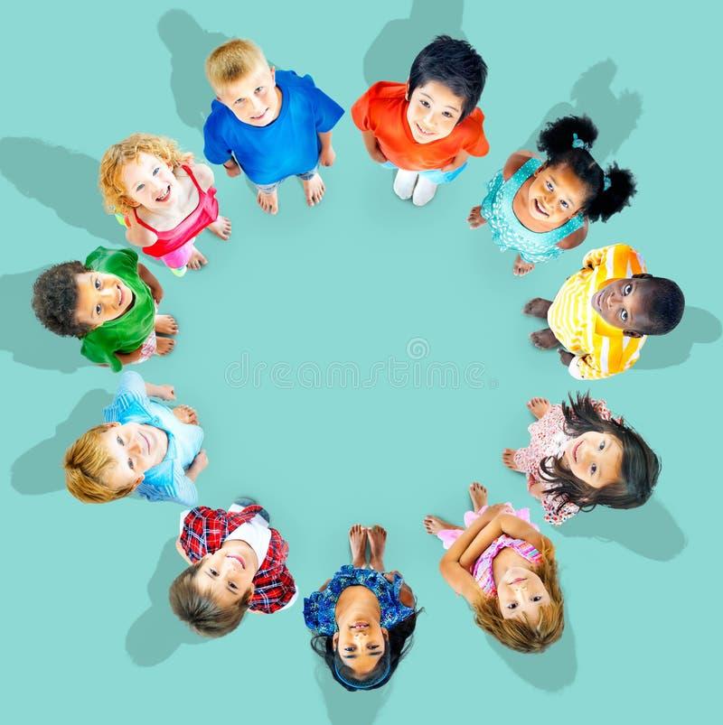 Conceito da diversidade da amizade dos amigos da criança das crianças fotos de stock