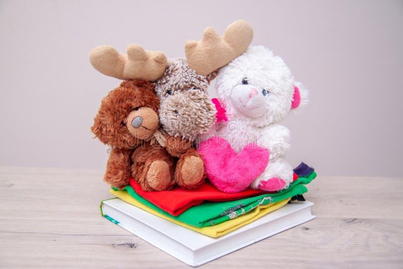 Conceito da doa??o Doe a caixa com roupa das crianças, livros, fontes de escola e brinquedos Urso de peluche com coração cor-de-r fotos de stock