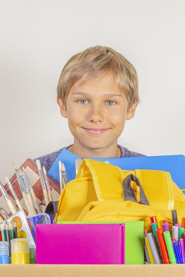 Conceito da doa??o Guardar das crianças doa a caixa com livros, lápis e fontes de escola imagem de stock royalty free