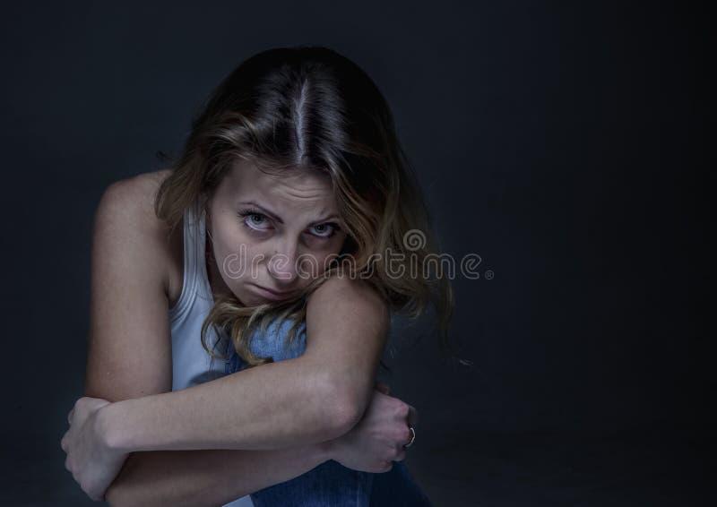 Conceito da dor e da solidão Retrato da mulher bonita nova triste imagem de stock