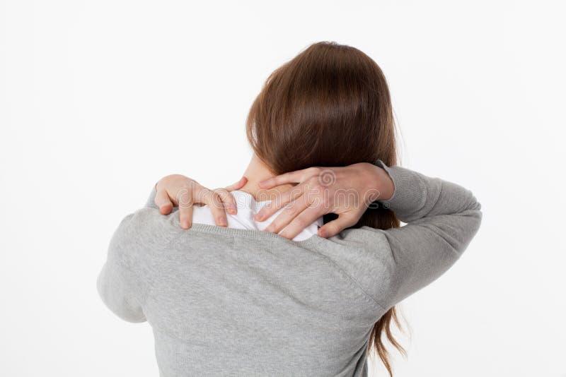Conceito da dor lombar, mulher 20s na vista traseira com fadiga da espinha dorsal e tensão foto de stock