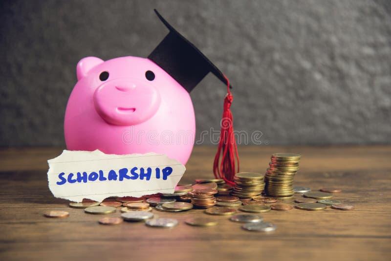 Conceito da educação com moeda do dinheiro e tampão da graduação no dinheiro de salvamento do mealheiro cor-de-rosa para bolsas d foto de stock royalty free