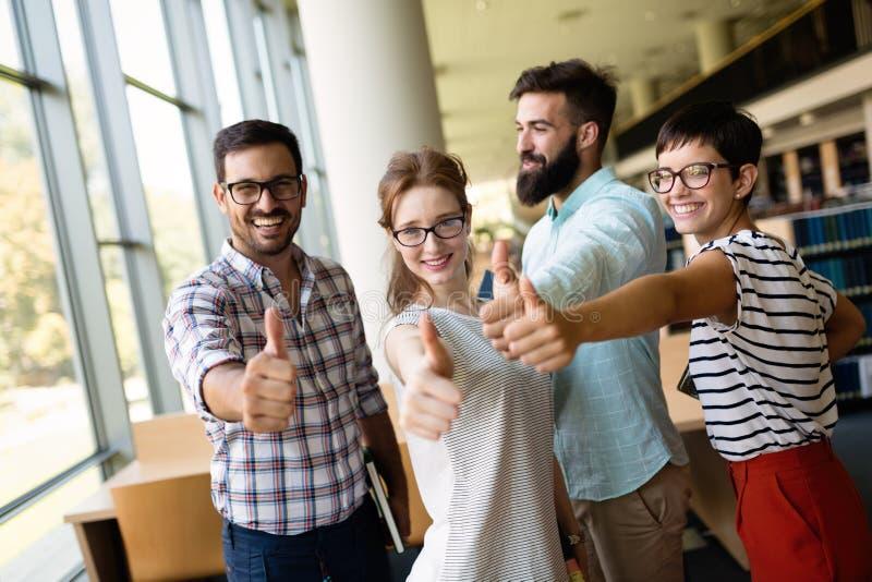 Conceito da educação - equipe feliz dos estudantes imagem de stock royalty free
