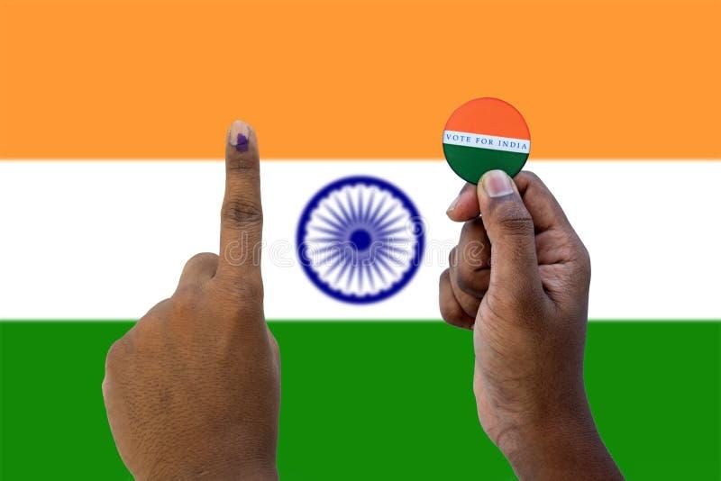 Conceito da eleição indiana, guardando a etiqueta do voto para o melhor indiano na bandeira indiana como um fundo fotos de stock