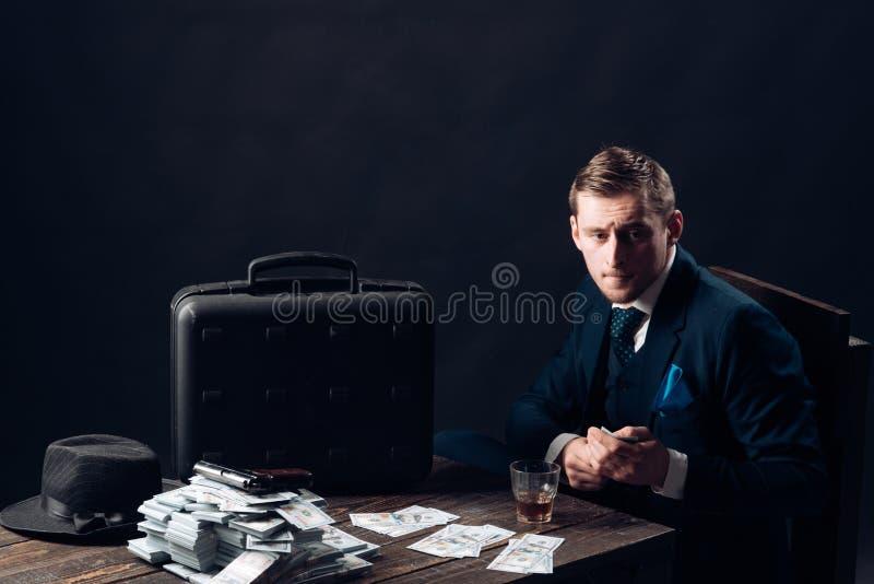conceito da empresa de pequeno porte Homem no terno mafia Fazendo o dinheiro Trabalho do homem de negócios no escritório do conta imagens de stock royalty free
