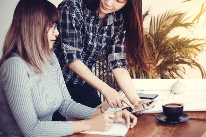 Conceito da empresa Startup Executivos asiáticos que encontram-se no escritório fotos de stock