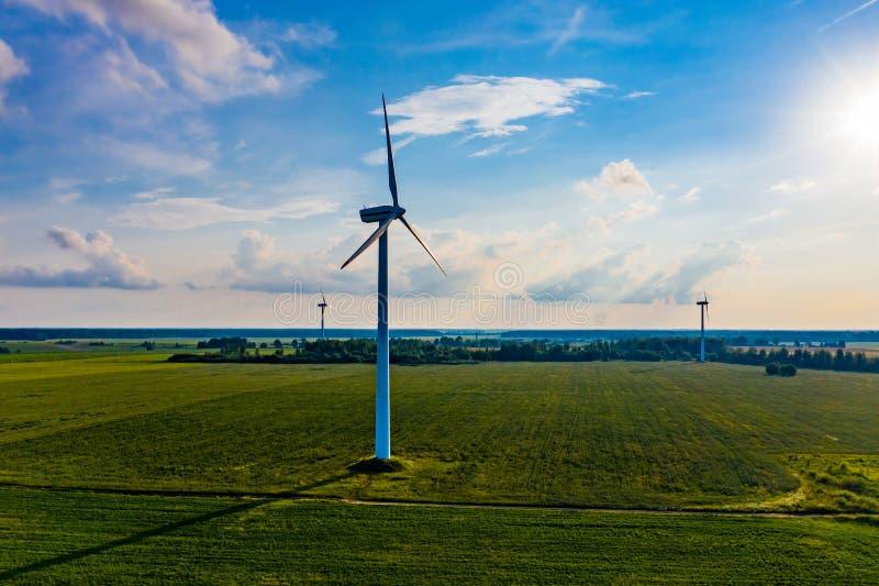 Conceito da energia de vento Turbinas na área rural para fornecer o campo com a eletricidade Paisagem a?rea fotografia de stock