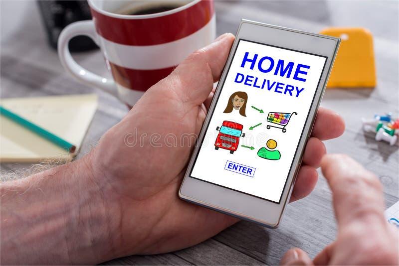 Conceito da entrega a domicílio em um smartphone imagens de stock