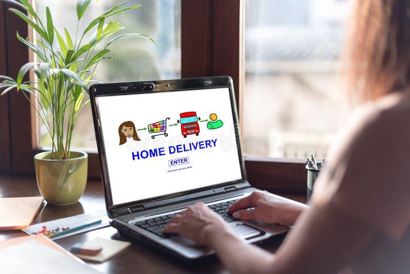 Conceito da entrega a domicílio em uma tela do portátil fotografia de stock