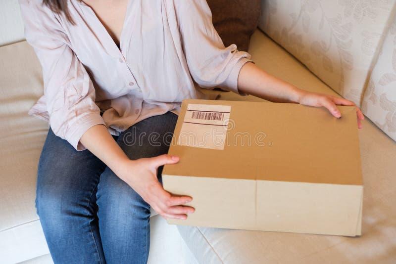Conceito da entrega e o transporte e serviço postal fotos de stock royalty free