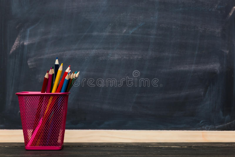 Conceito da escola Lápis com o quadro como o fundo foto de stock