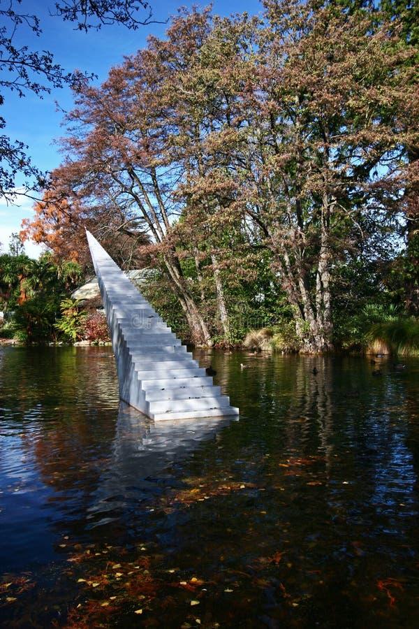 Conceito da eternidade e da infinidade A escultura das escadas autorizada diminui e Ascend que escala da água ao ar fotos de stock