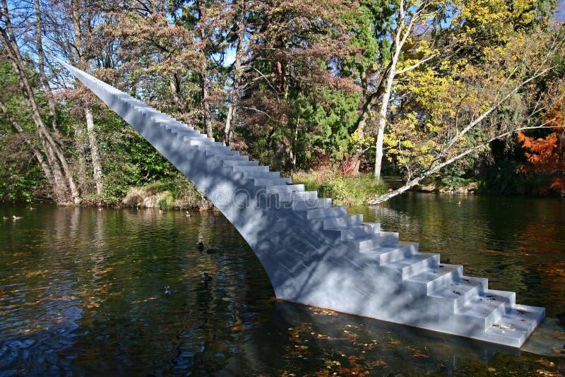 Conceito da eternidade e da infinidade A escultura das escadas com o ponto afiado autorizado diminui e Ascend que aumenta da água imagens de stock royalty free