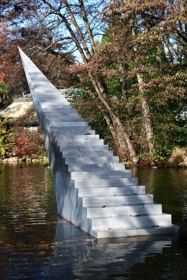 Conceito da eternidade e da infinidade A escultura das escadas com a ponta aguçado autorizada diminui e Ascend que escala da água foto de stock royalty free