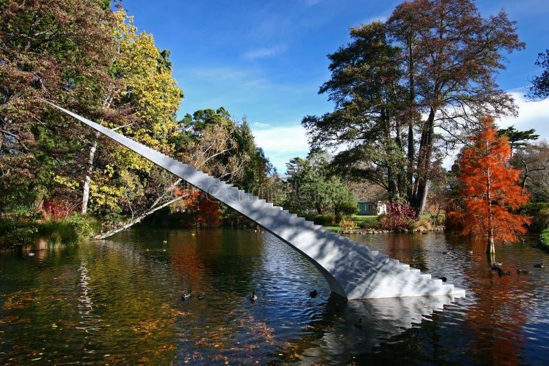 Conceito da eternidade e da infinidade A escultura das escadas com a ponta aguda autorizada diminui e Ascend que escala da água a fotografia de stock