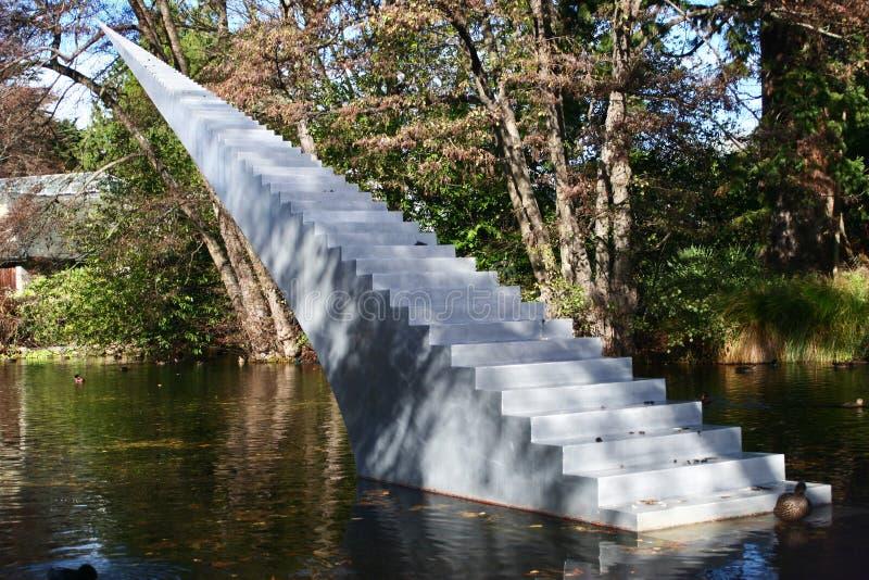 Conceito da eternidade e da infinidade A escultura das escadas com a ponta pointy autorizada diminui e Ascend que aumenta da água fotos de stock