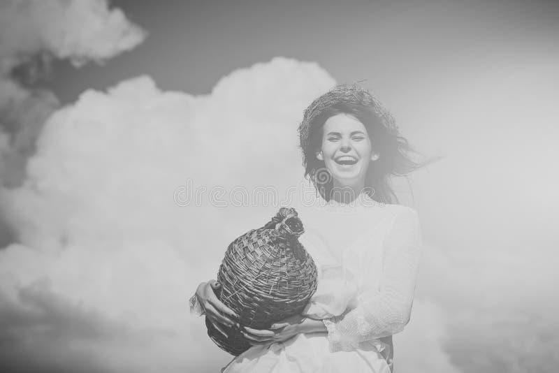 Conceito da excursão da adega Mulher feliz no vestido e na grinalda brancos no cabelo moreno imagens de stock