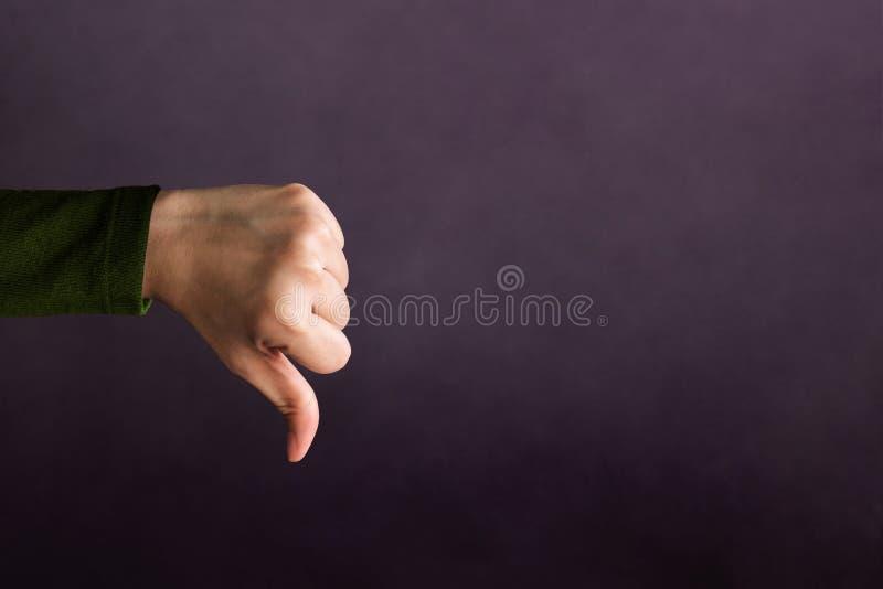 Conceito da experiência do cliente, mão do sinal mau da mostra do cliente com T imagens de stock