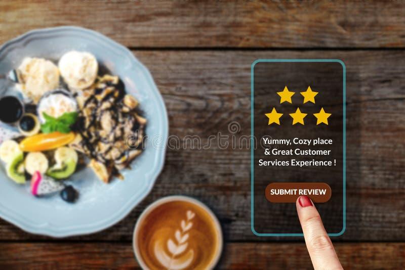 Conceito da experiência do cliente Mulher que usa Smartphone no café ou no R foto de stock royalty free