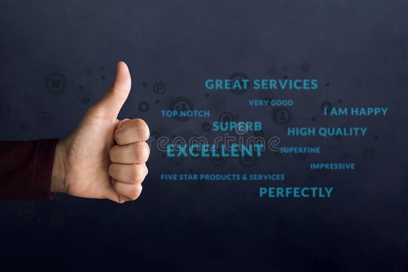 Conceito da experiência do cliente Polegar feliz da mostra do cliente acima no meani fotografia de stock