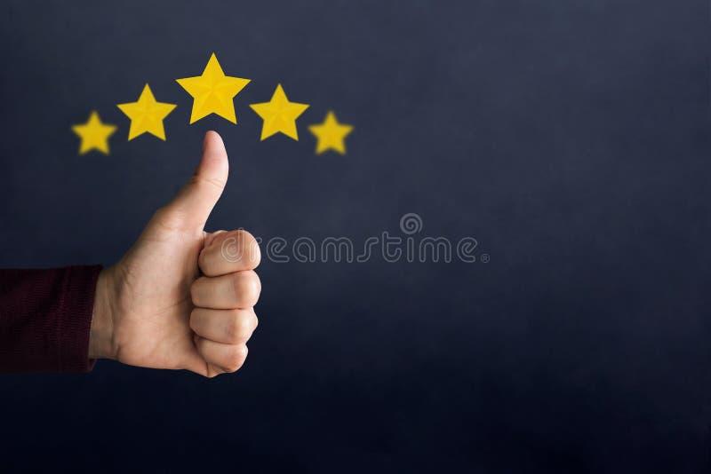 Conceito da experiência do cliente Polegar feliz da mostra do cliente acima no meani fotos de stock royalty free