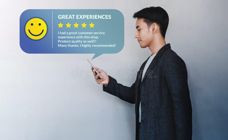 Conceito da experi?ncia do cliente Homem de negócios novo Reading uma revisão positiva através de Smartphone fotos de stock